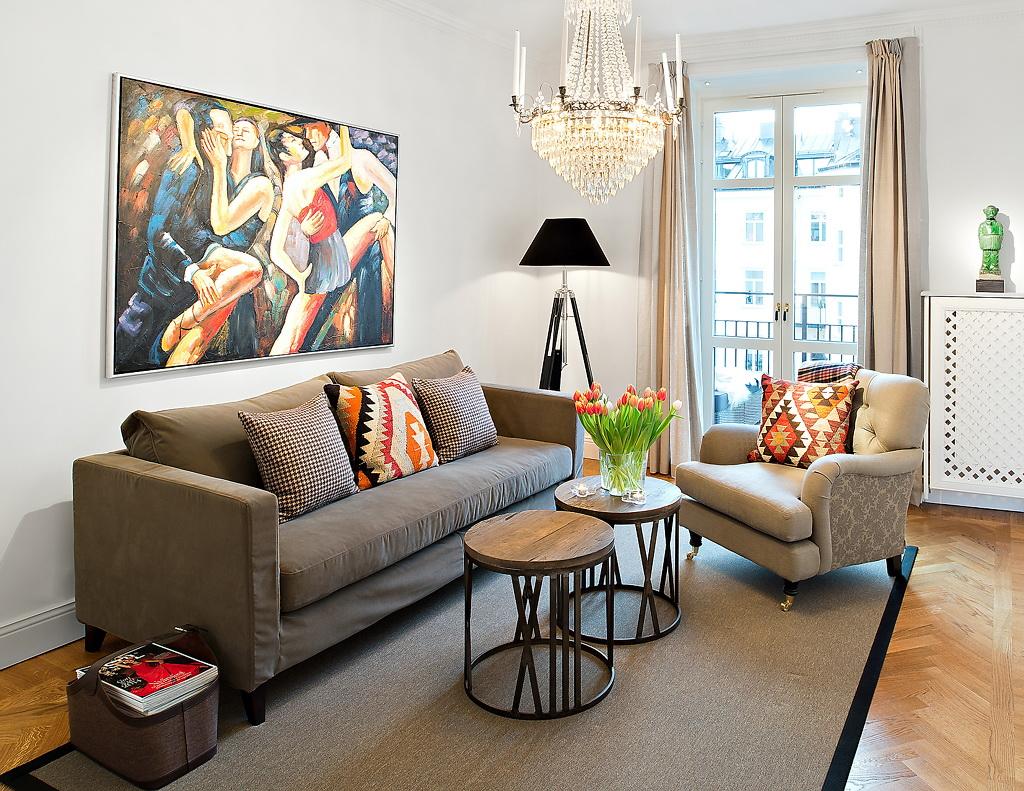 Soggiorno Con Divano Grigio Scuro interno con un divano grigio. selezioniamo il colore dei